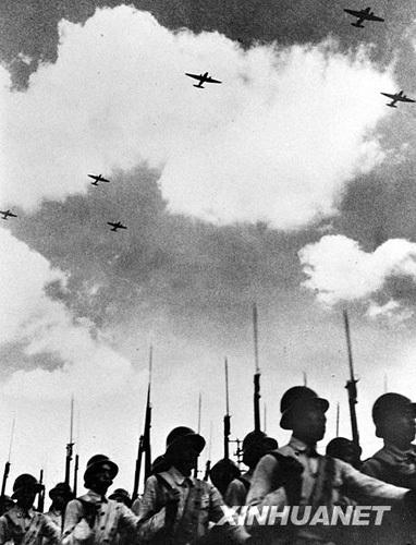 1949年10月1日,新成立的中国人民解放军空军编队飞过天安门广场上空,图源:新华网
