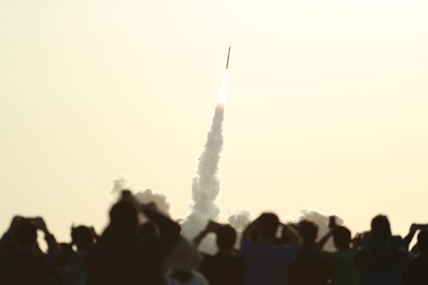 人们在酒泉围观运载火箭发射,图源:新华社