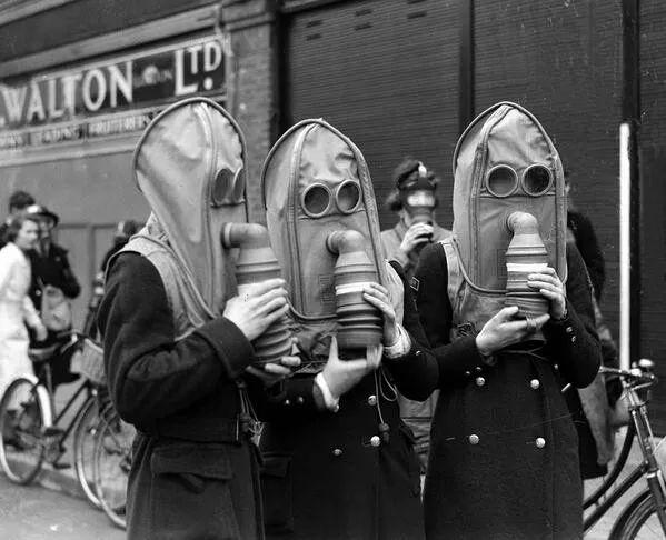 △英国后方,带防毒面具出行的女人