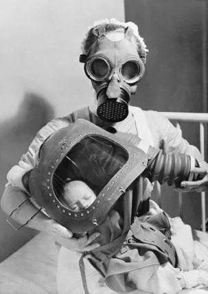 △宣传手册中,戴防毒面具的女人和婴儿