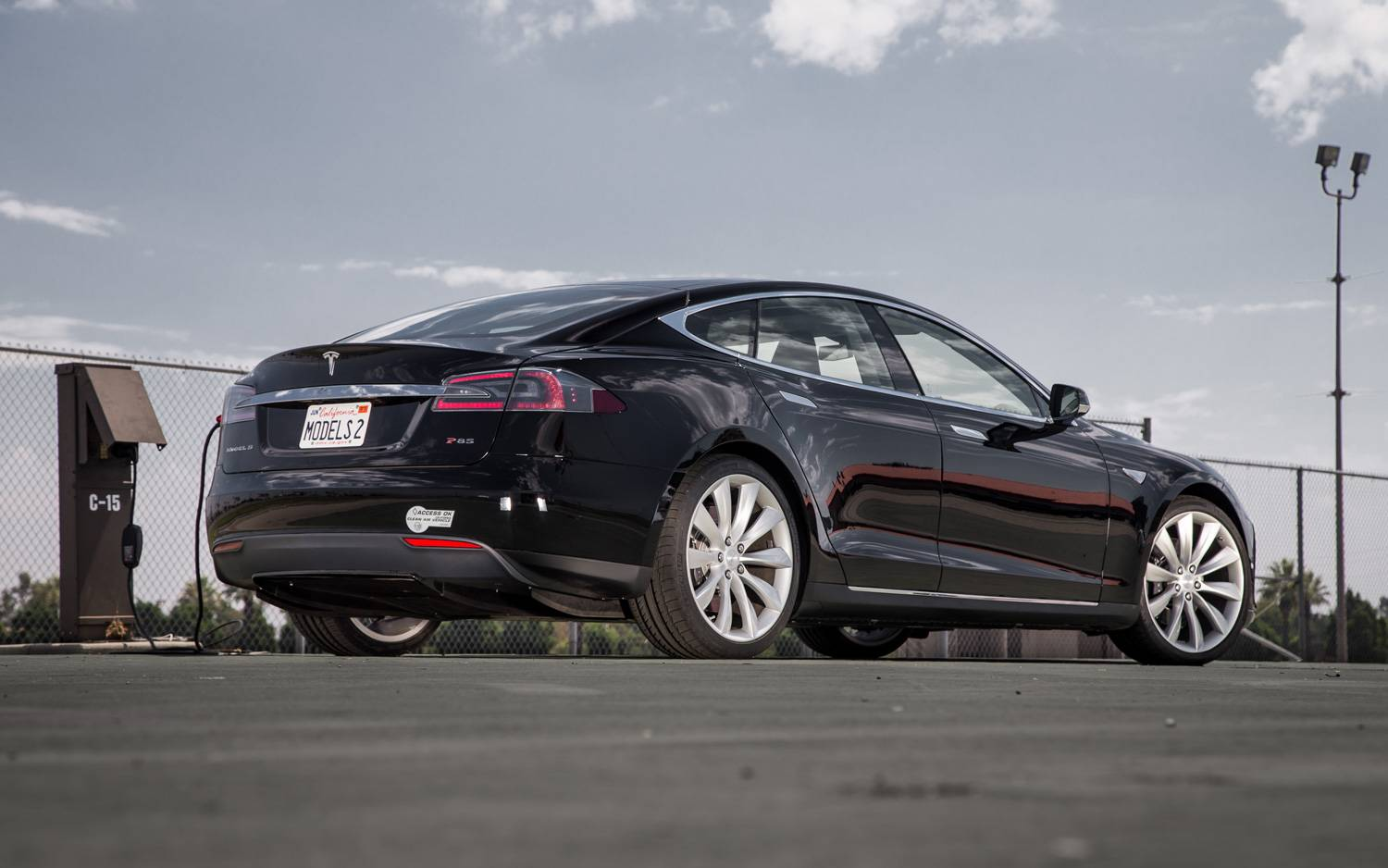 2012-Tesla-Model-S-rear-three-quarter