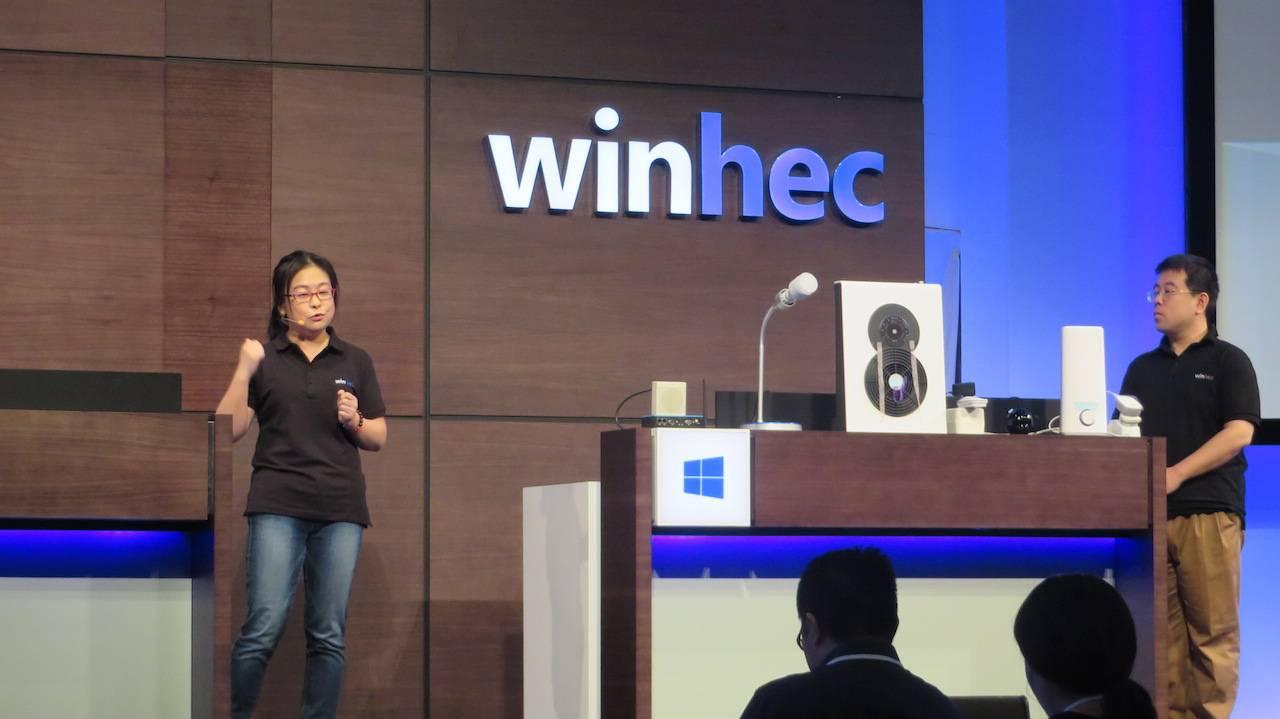 微软员工在现场演示基于 Windows 10的智能家庭控制系统