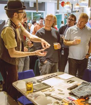 微软员工 Ken Nichols 正在一次活动上向其他微软员工展示他的项目