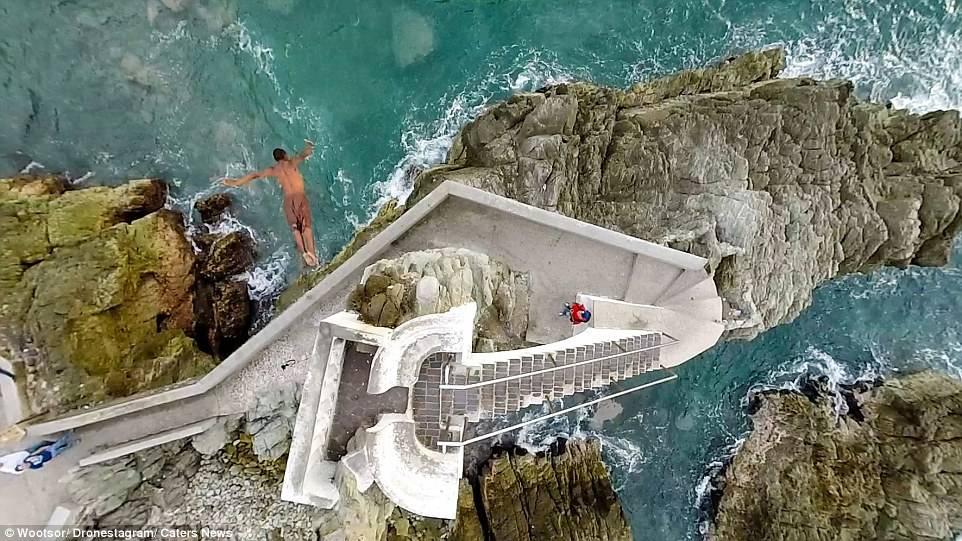 一名男子从高台跳入墨西哥城 Mazatlán 附近海中
