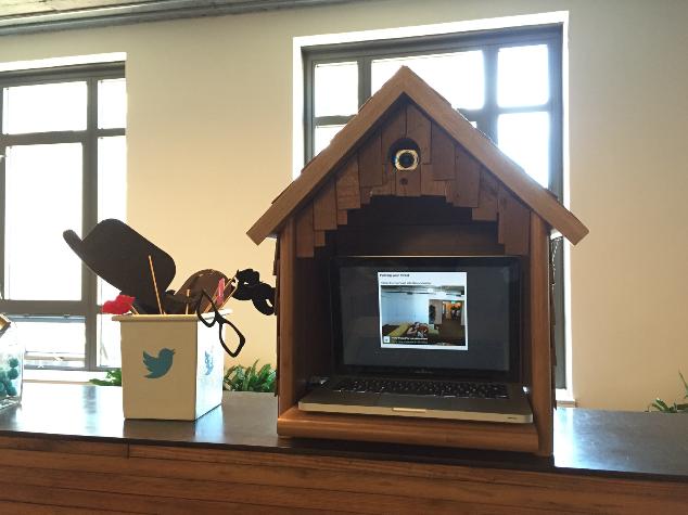 """这是 Twitter 前台的一个""""鸟窝"""",来访者可以自拍并上传照片到 Twitter,照片就会在鸟窝里显示出来"""