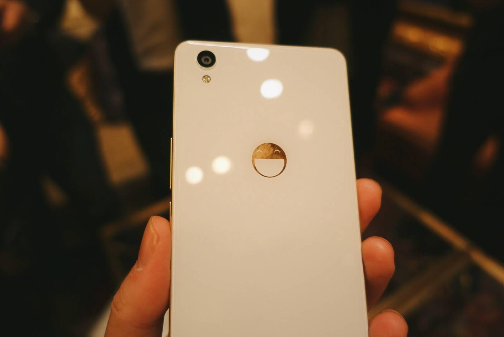 白色工程机,背面用笑脸替换了一加 Logo