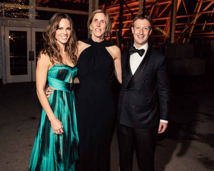 5,好莱坞演员、制作人希拉里·斯旺克(左),今年的一位获奖者德克萨斯大学西南医学中心海伦·霍布斯(中)和扎克伯格