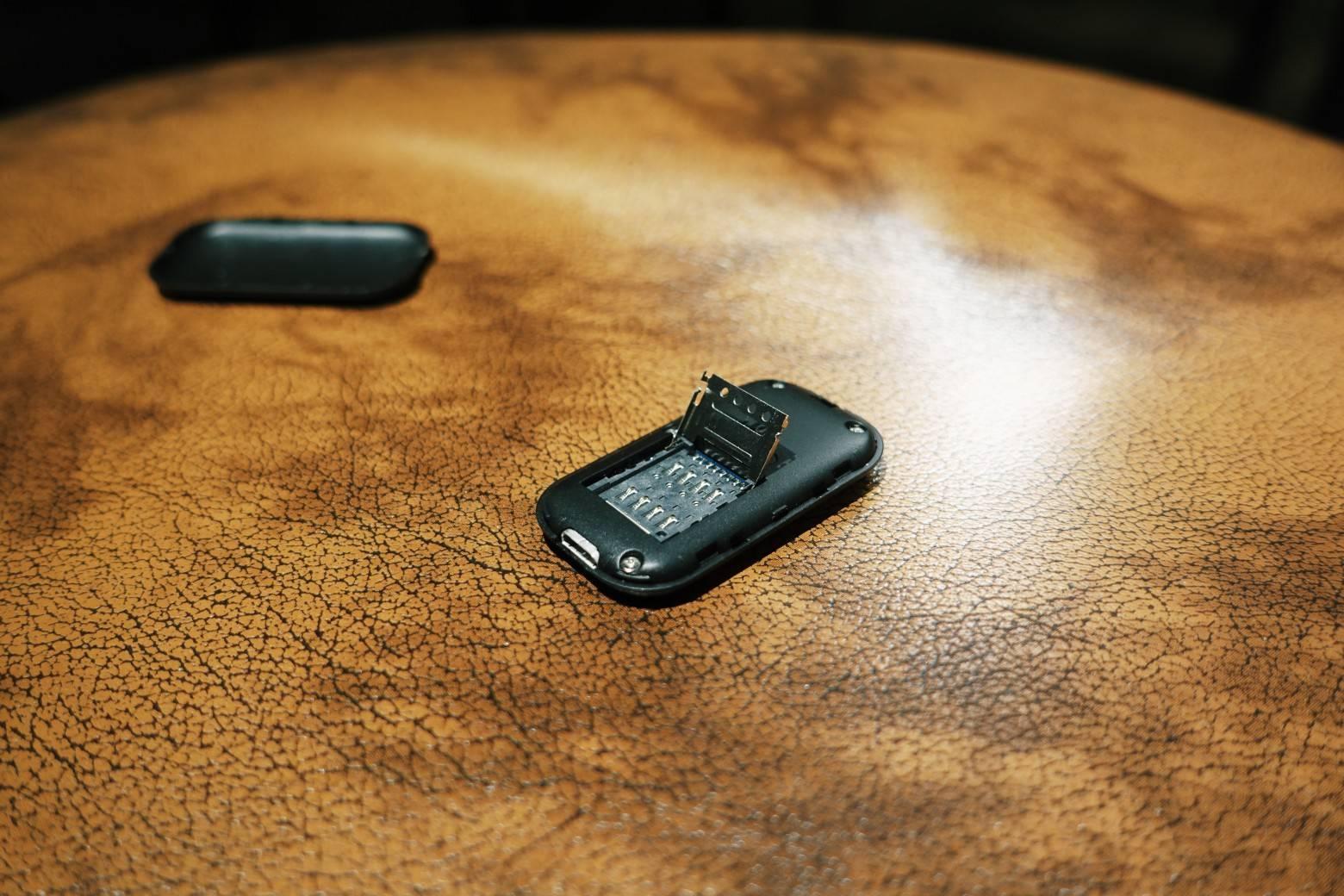 打开盖子可以插入一张 Micro-SIM 卡,一般的 Nano-SIM 需要卡托