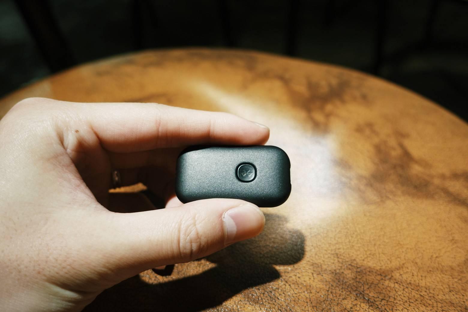 拇指大小,充电使用标准的 Micro-USB