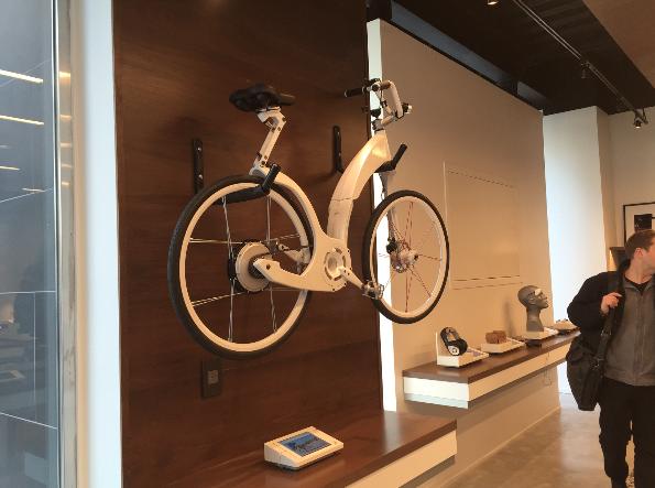 3,这是一台智能自行车。但是目前还只能预定,顾客可以直接在 iPad mini 上进行预定。