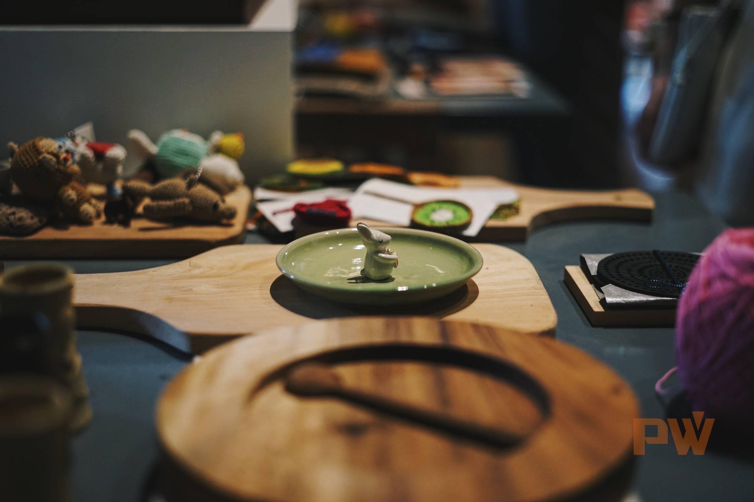 在巴厘岛的共享办公空间 Kumpul 的一角,当地服装和艺术设计师共同拥有一个店铺,联合展示自己设计的文创产品 / 图 by 光谱