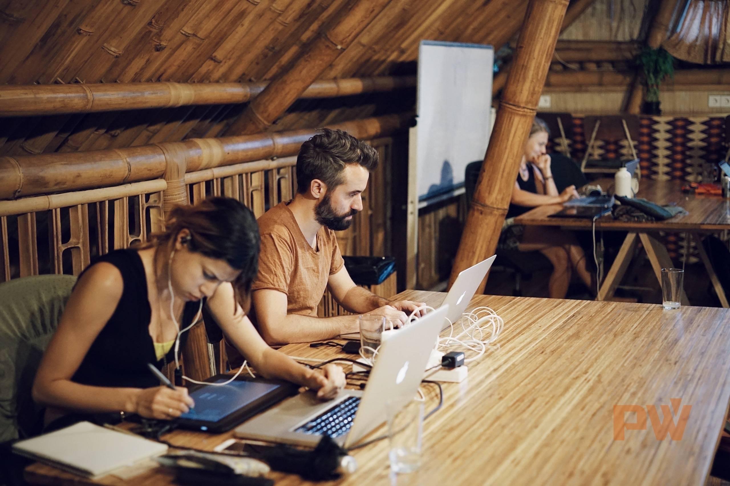 """在 HUBUD 办公的西方旅居者。他们称自己为""""数字牧民""""(digital nomad)。/ 图 by 光谱"""