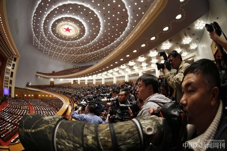 【两会现场】媒体聚焦全国政协十二届一次会议开幕