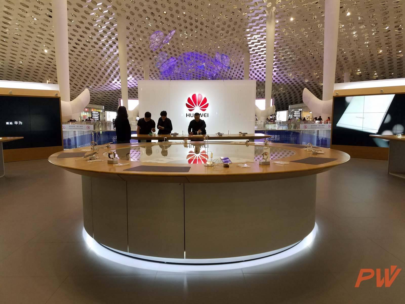 2016 年 3 月 10 日,华为在深圳宝安机场开设了全球第一家也是目前唯一一家直营店,只做展示,不销售产品。