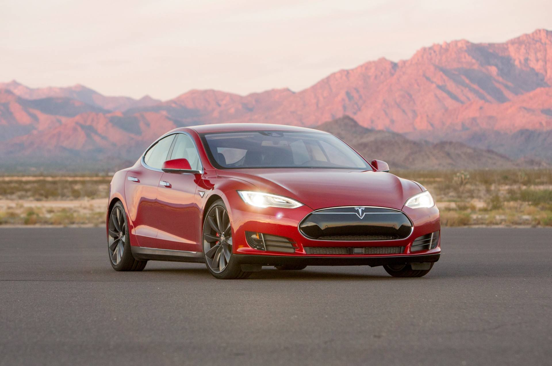 2015-Tesla-Model-S-P90D-front-three-quarter-02