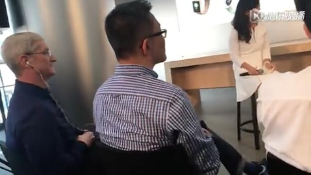 左:苹果CEO库克,画面中的女士为滴滴出行总裁柳青