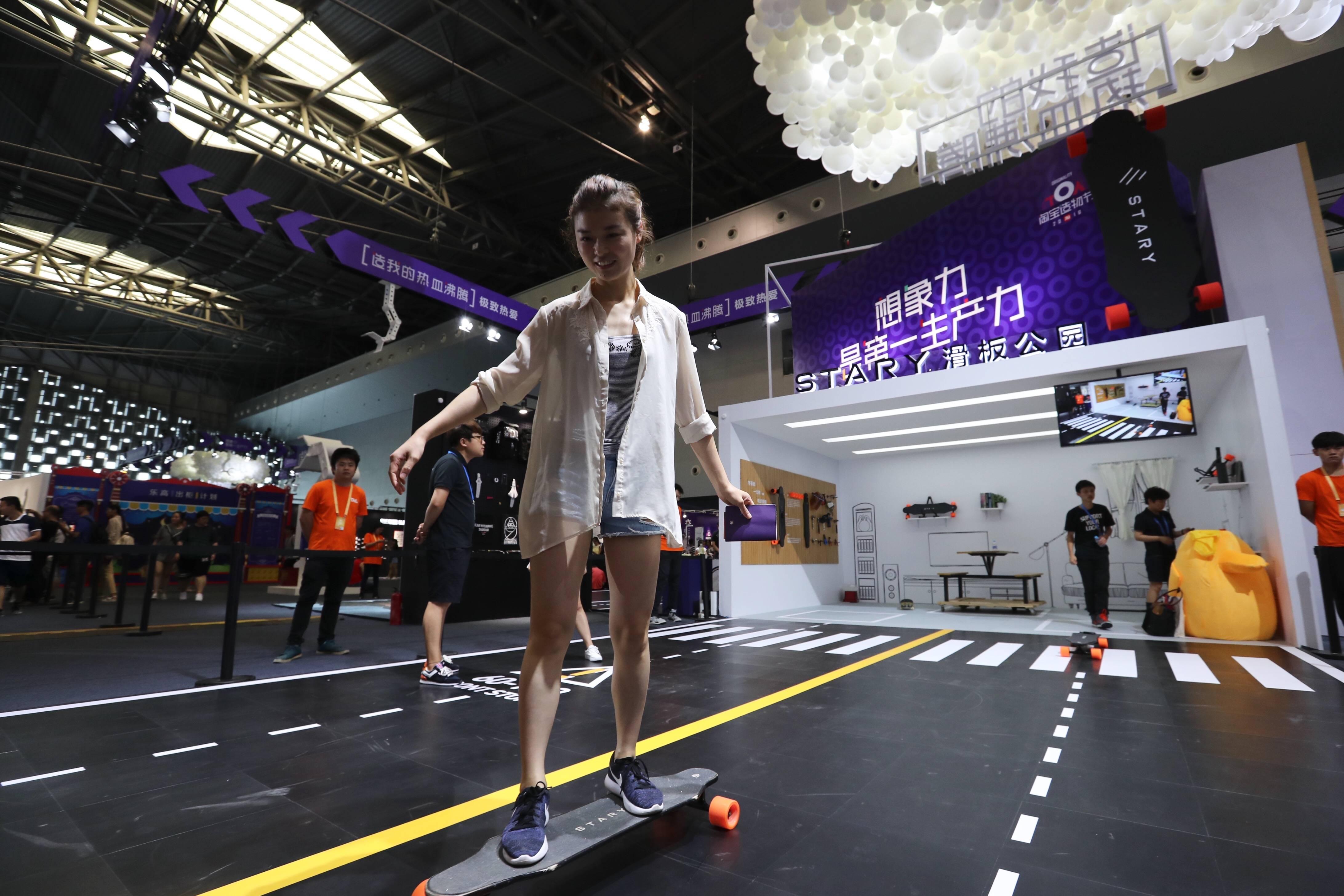 这是stary公司带来的电动滑板,遥控动力,方向还是要靠重力控制,穿高跟鞋都能玩