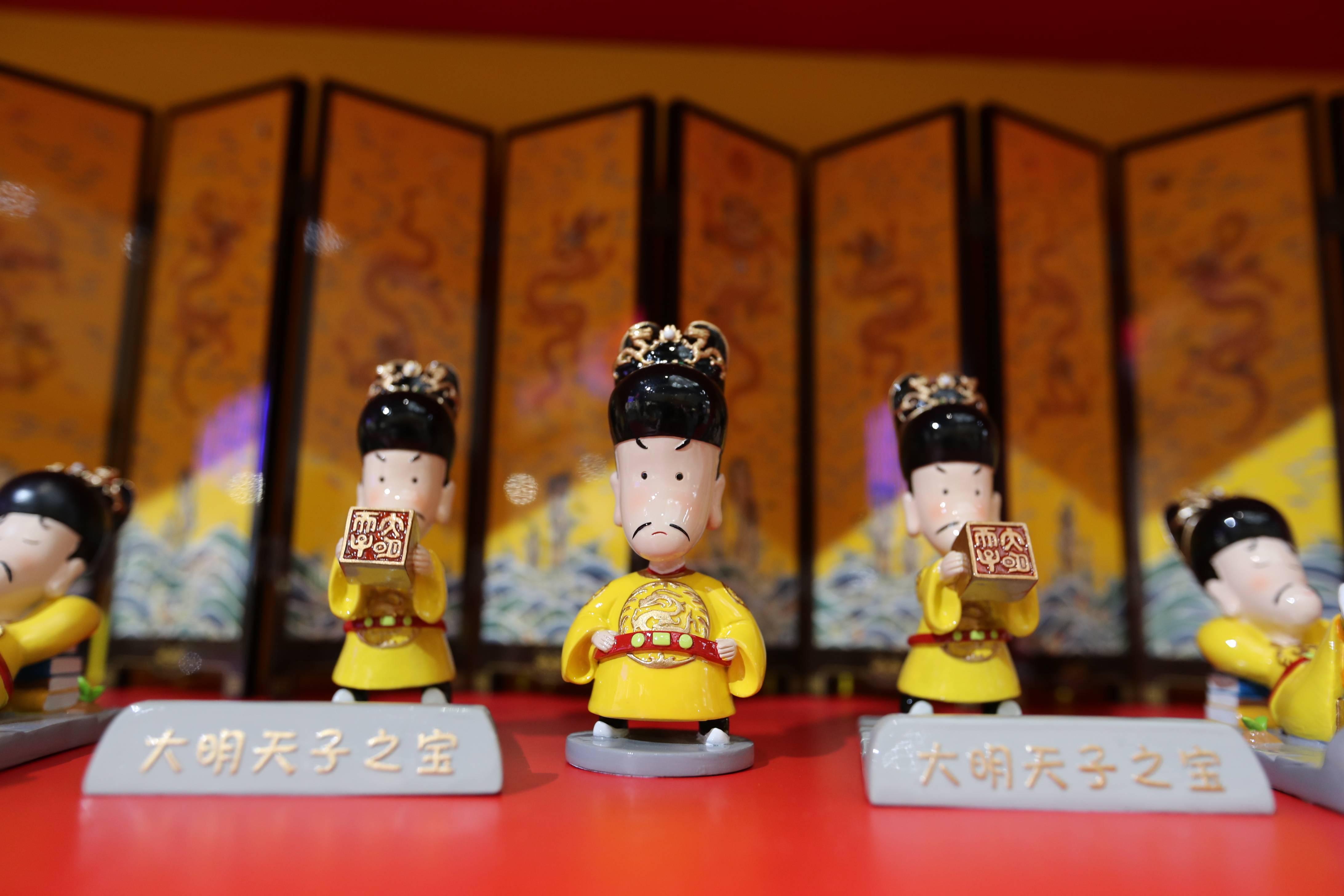 故宫淘宝也带了好多萌萌的皇帝来参展