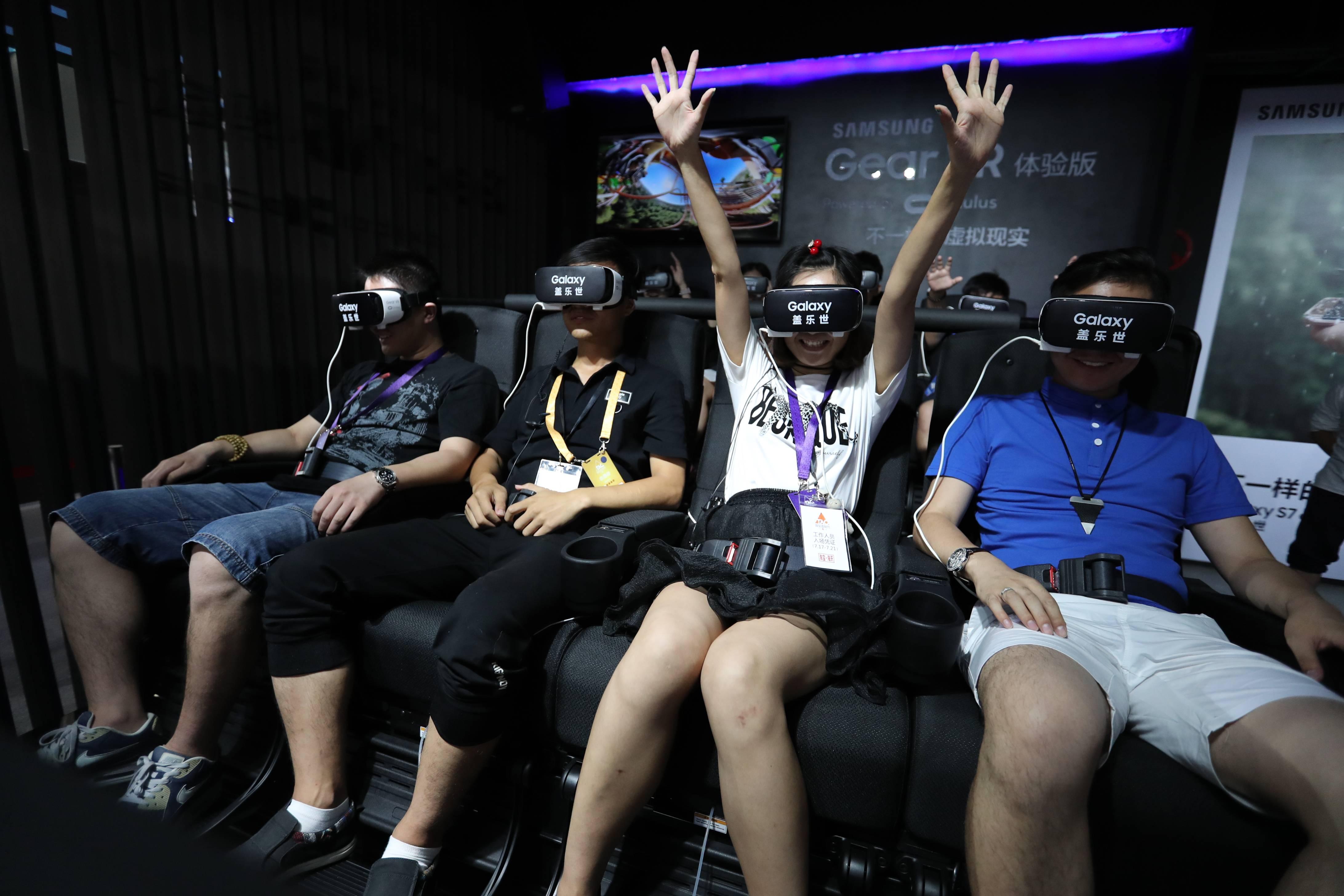VR过山车,利用座椅的震动摇摆和VR技术营造坐过山车的场景(如果早有这个东西,新一说不定就不会变成柯南了。。