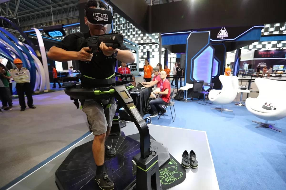 FPS游戏的VR化,看上去确实能锻炼身体的样子