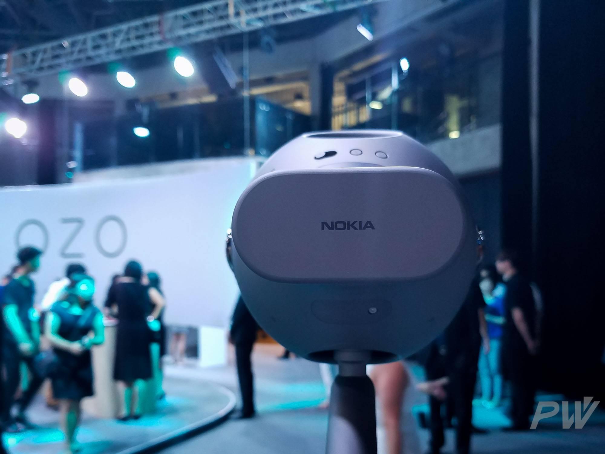 相机背后的 Nokia 标志。这个位置集成了电源和存储卡,一次性可拍摄 45 分钟。