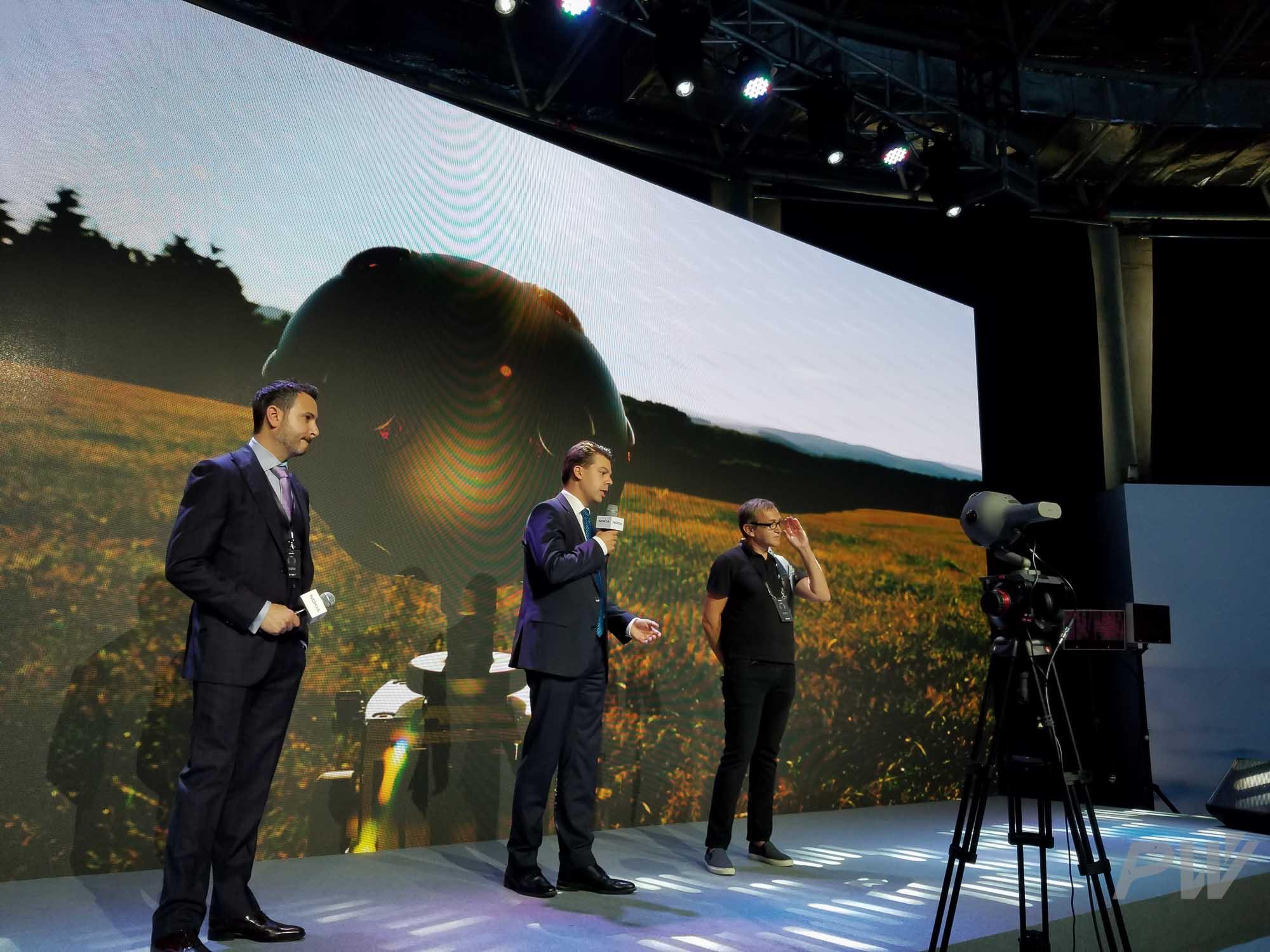 用于现场直播的 OZO 相机位于舞台正中央。当有表演者在台上跳舞时,这机位有点囧。