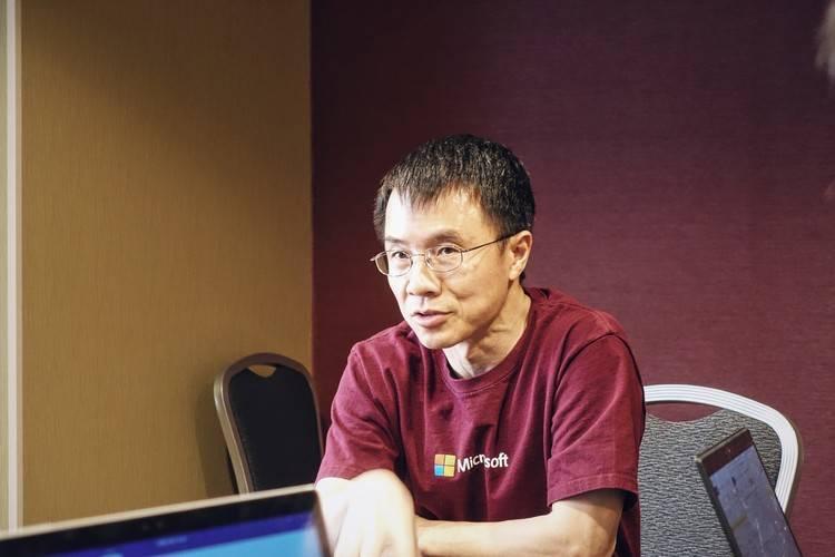 陆奇接受 PingWest品玩采访。他喜欢身着 T恤出席公开场合。