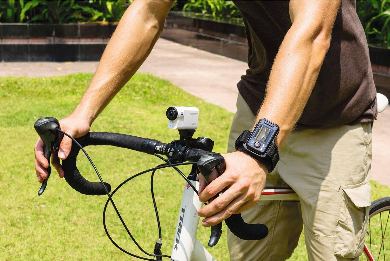 上图为索尼 FDR-X3000R 运动相机,手腕绑缚的是便携监视器。
