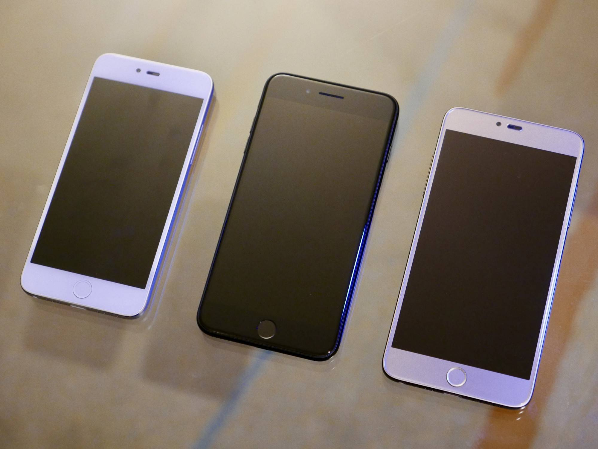 中间的是 iPhone 7 Plus。