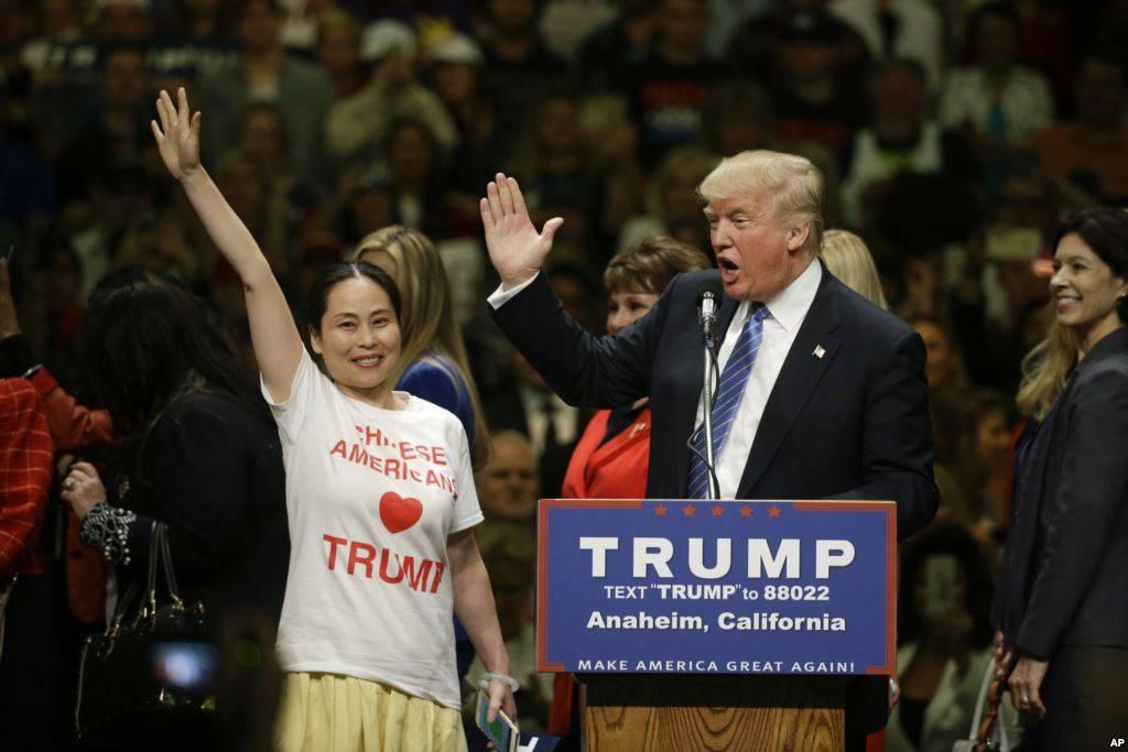 川普在加州安纳海姆的集会上邀请华人支持者上台接受鼓掌