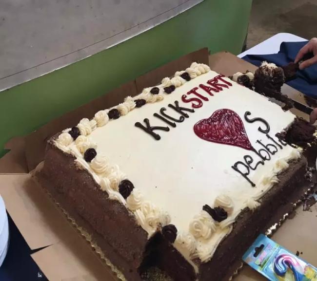 (图片:Kickstarter为了感谢Pebble特地在第二次众筹结束之后寄给Pebble一个蛋糕)