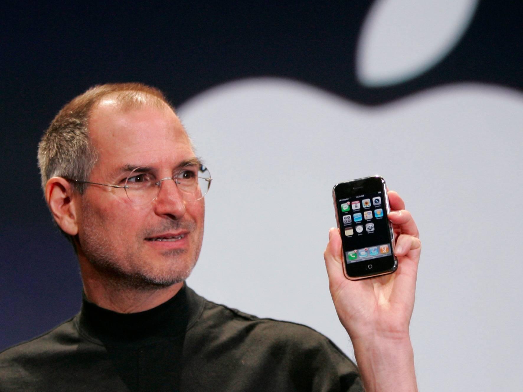 2007 年 1 月 9 日,史蒂夫·乔布斯发布第一代 iPhone。