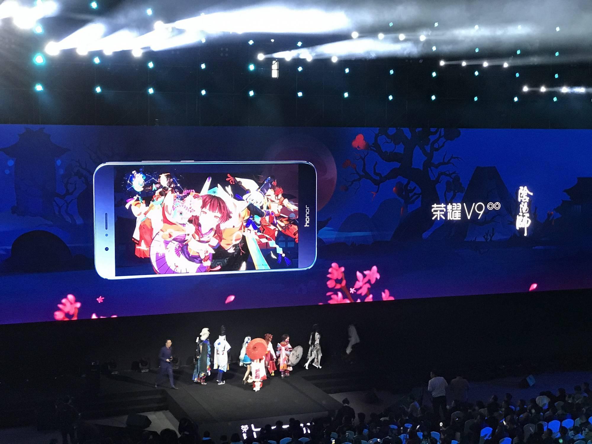 荣耀 V9 和氪金手游《阴阳师》合作,它成了后者的官方推荐用机。