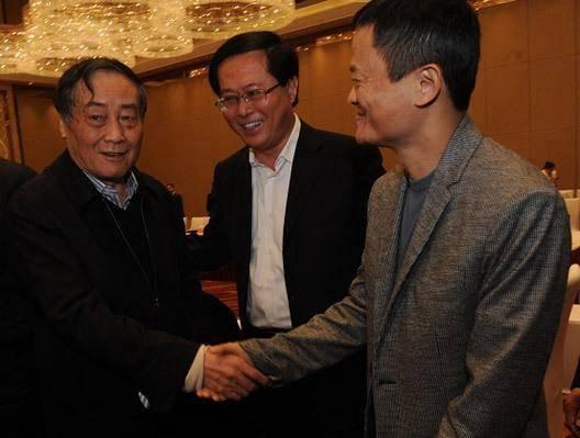 浙商座谈年会,在浙江省长车俊撮合下,马云和宗庆后隔空喊话后首次握手。