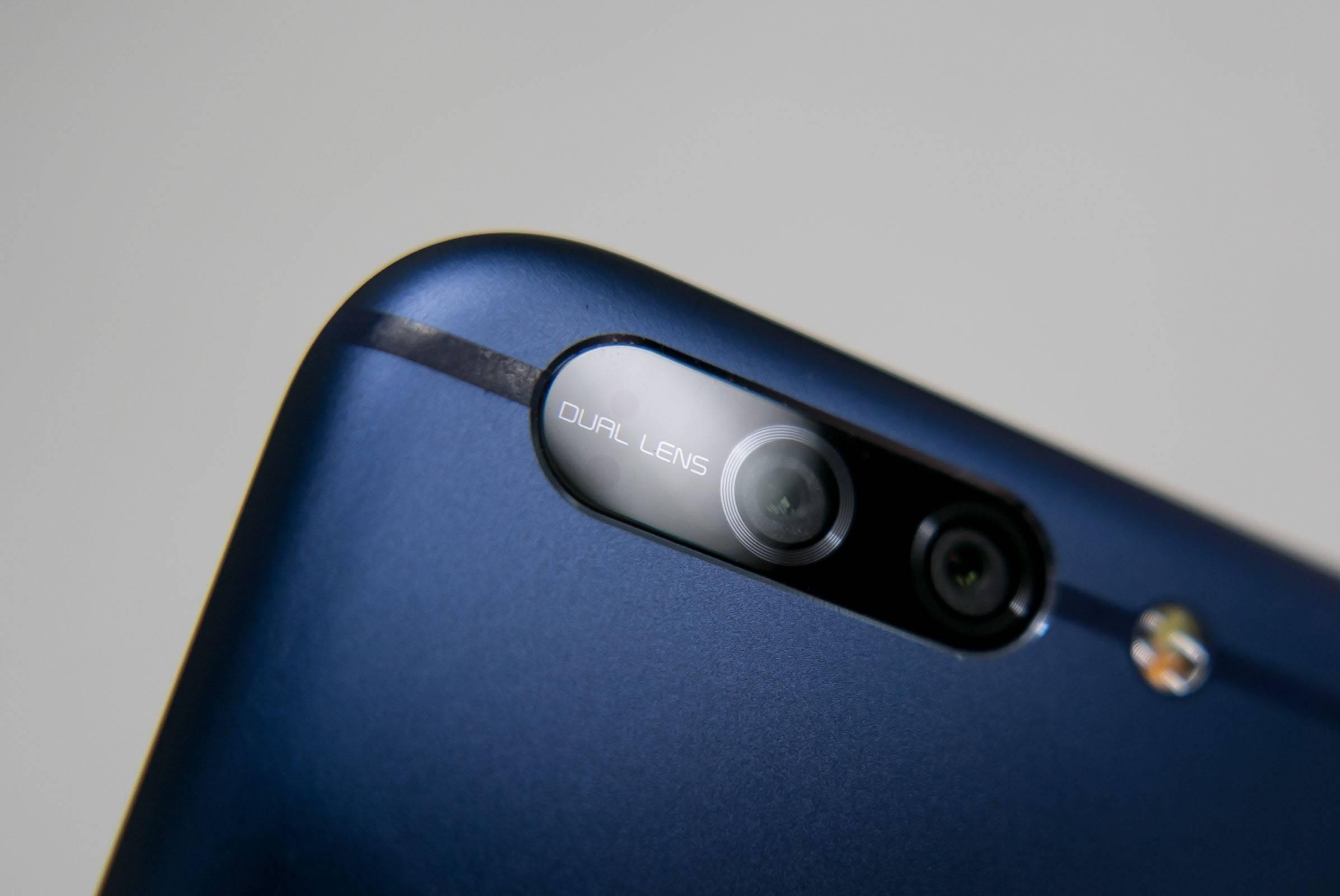 镜头左侧的两个圆孔是红外线辅助对焦系统。