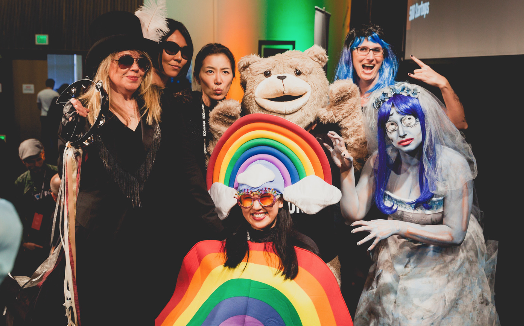 在硅谷,陆怡颖让 500 Startups 的路演会变成了独树一格,备受追捧的派对。
