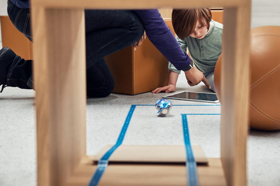 新的课程可以让孩子们通过Sphero机器人探索编程,通过迷宫