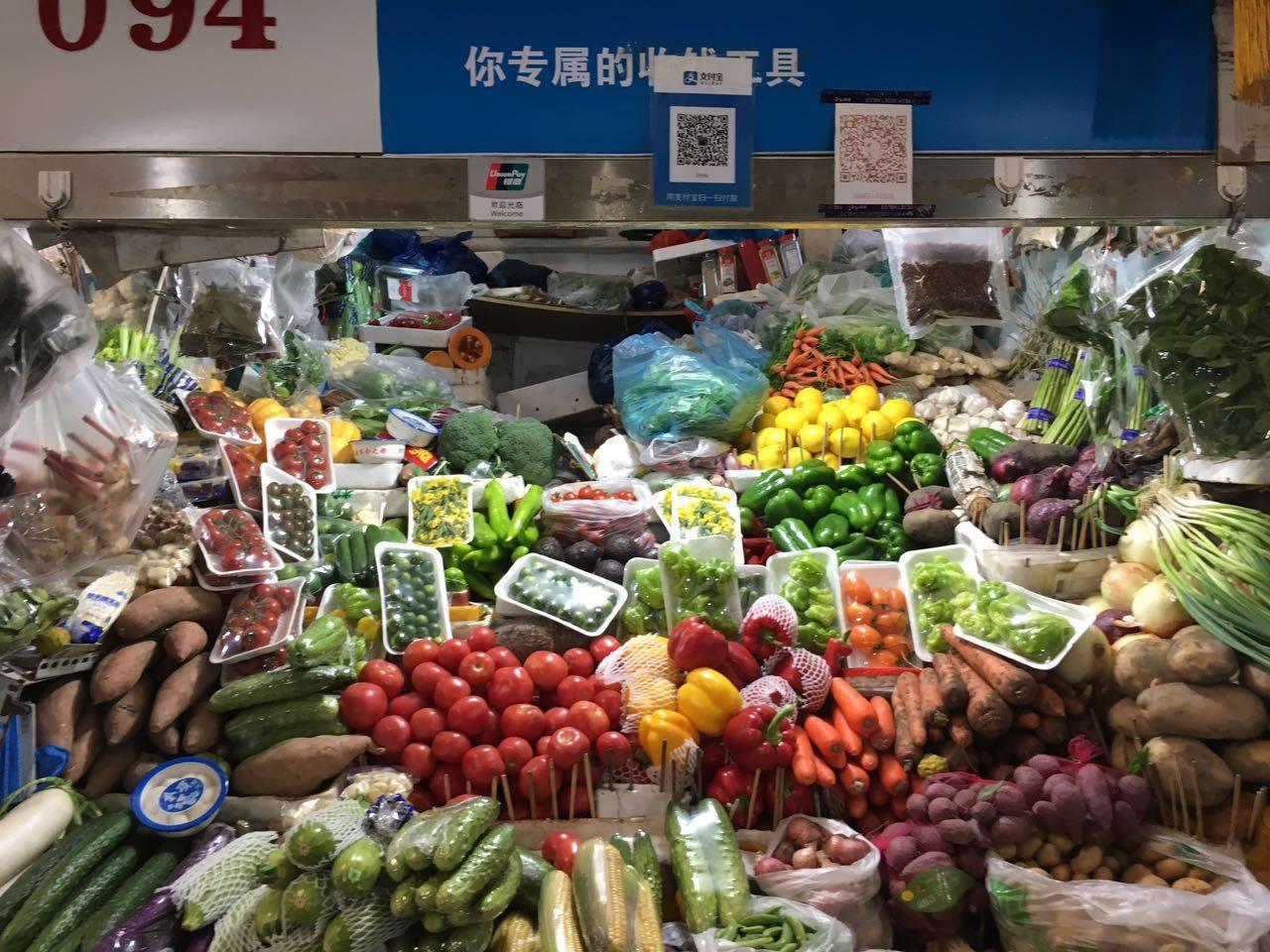 摆放在店面上的零售蔬菜以种类取胜,碰上量大、固定的饭店客户,老板都会直接根据地址送货上门。