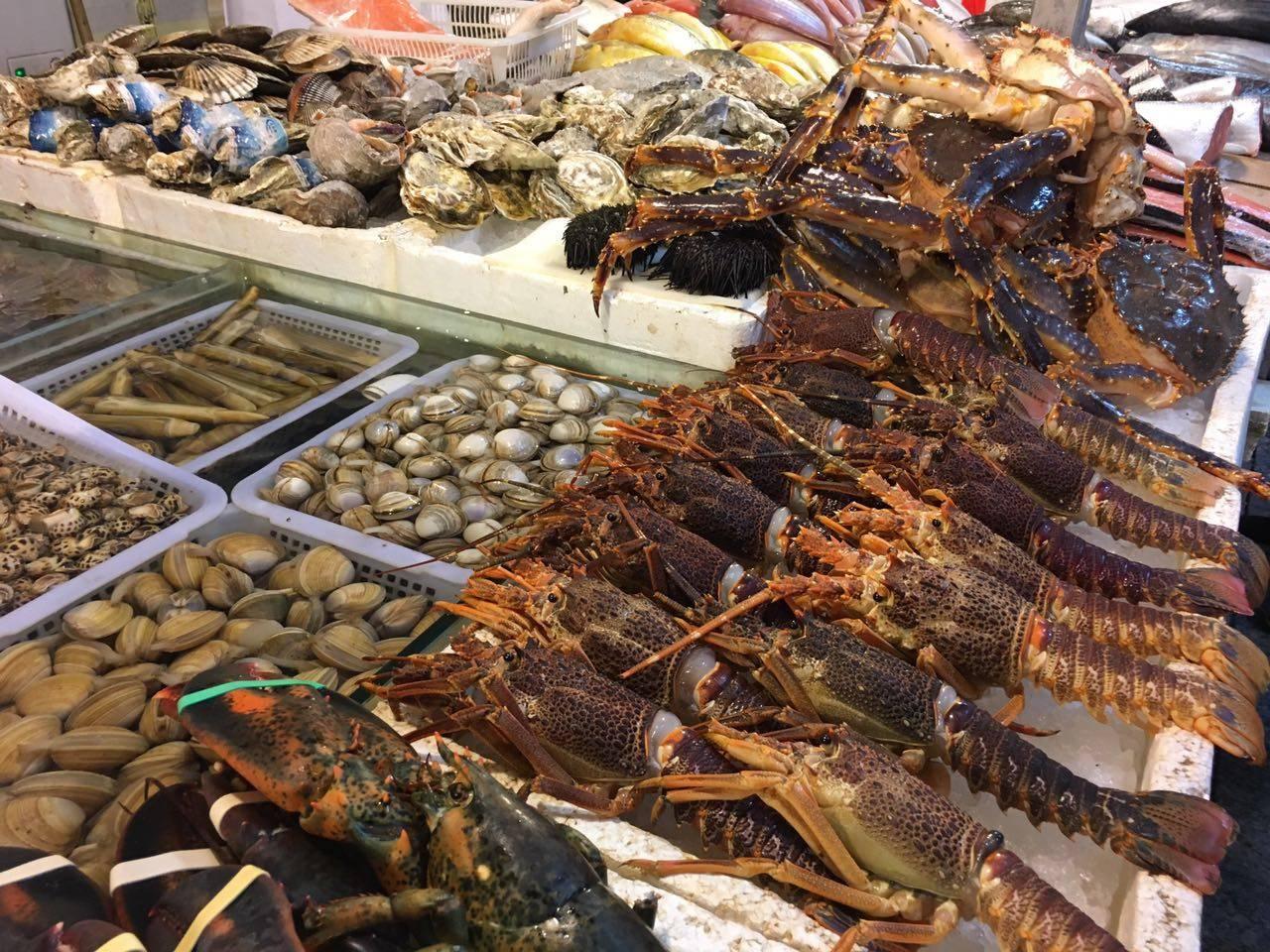 67号海鲜摊,这家老板在三源里拥有最多地盘,一连4个摊位都是他们家的。