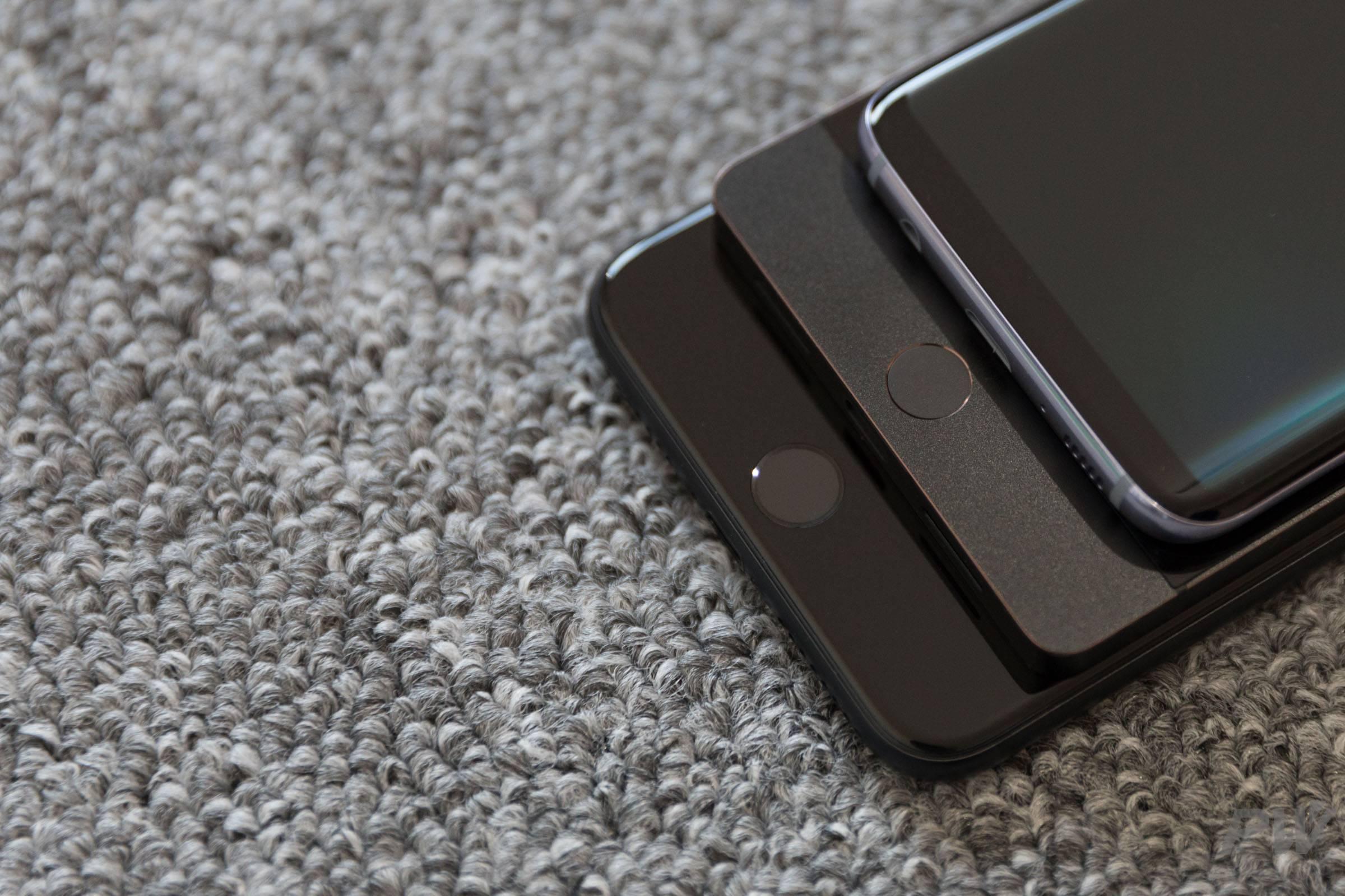 坚果 Pro 跟 iPhone 7 Plus 和三星 Galaxy S8 放在一起。