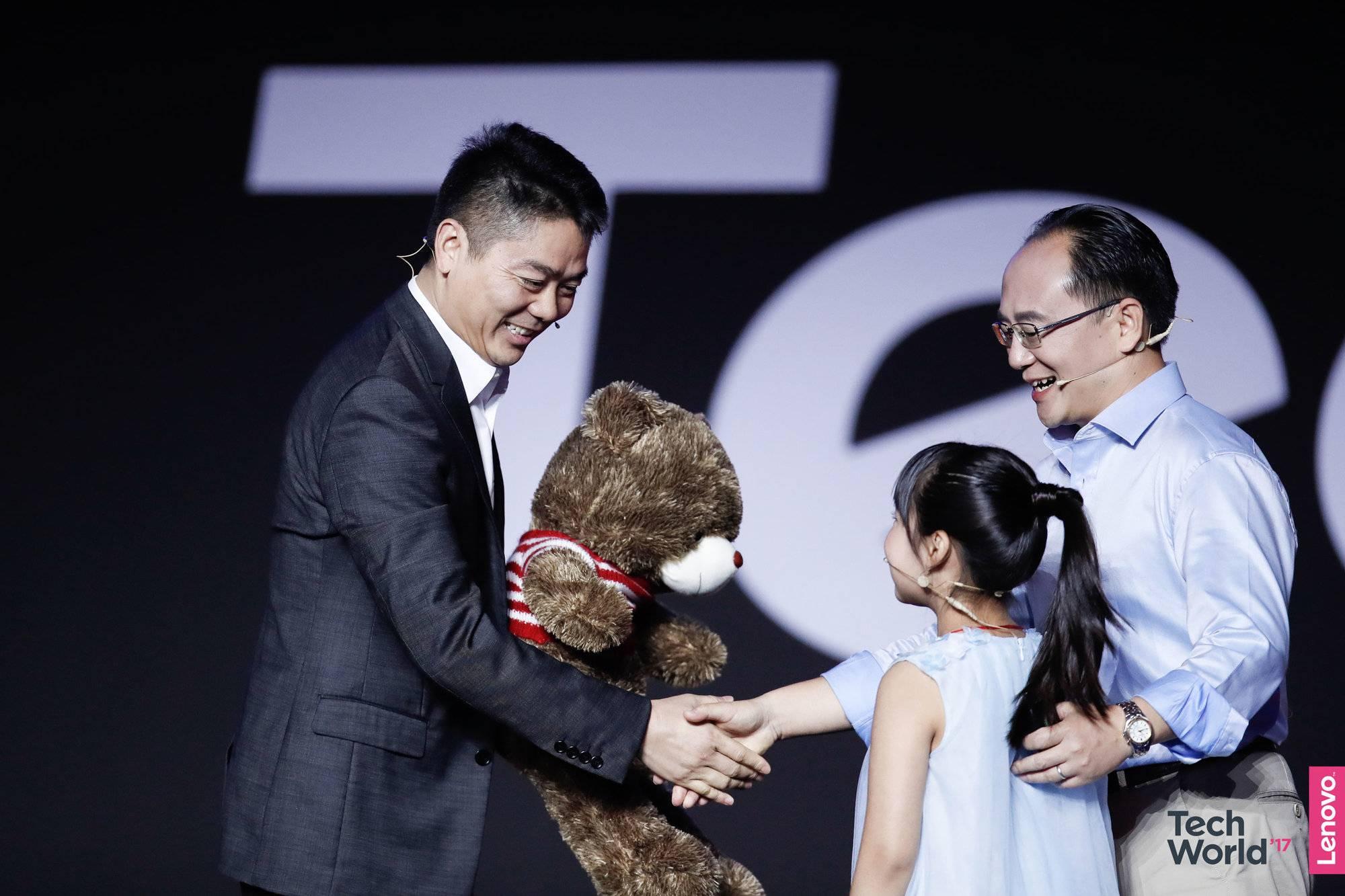 刘强东在会场又充当了一次送货员