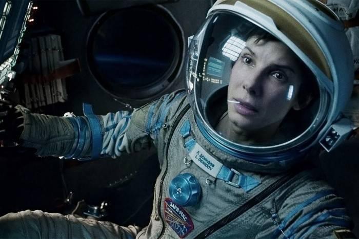 《地心引力》剧情里,斯通博士闯入联盟飞船,还换了一身俄罗斯宇航服