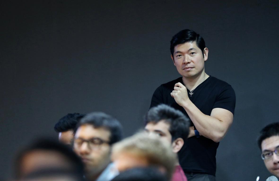 Grab CEO陈炳耀站在滴滴会议室后排听完技术分享