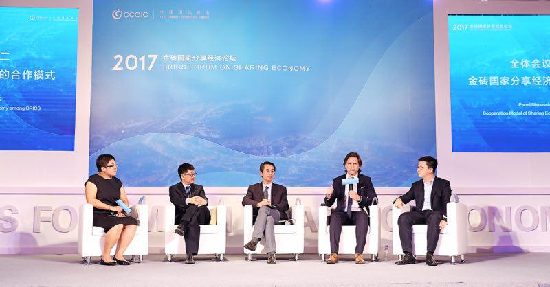 99 CEO费尔南德斯(右二)期待把中国智慧交通技术引进南美