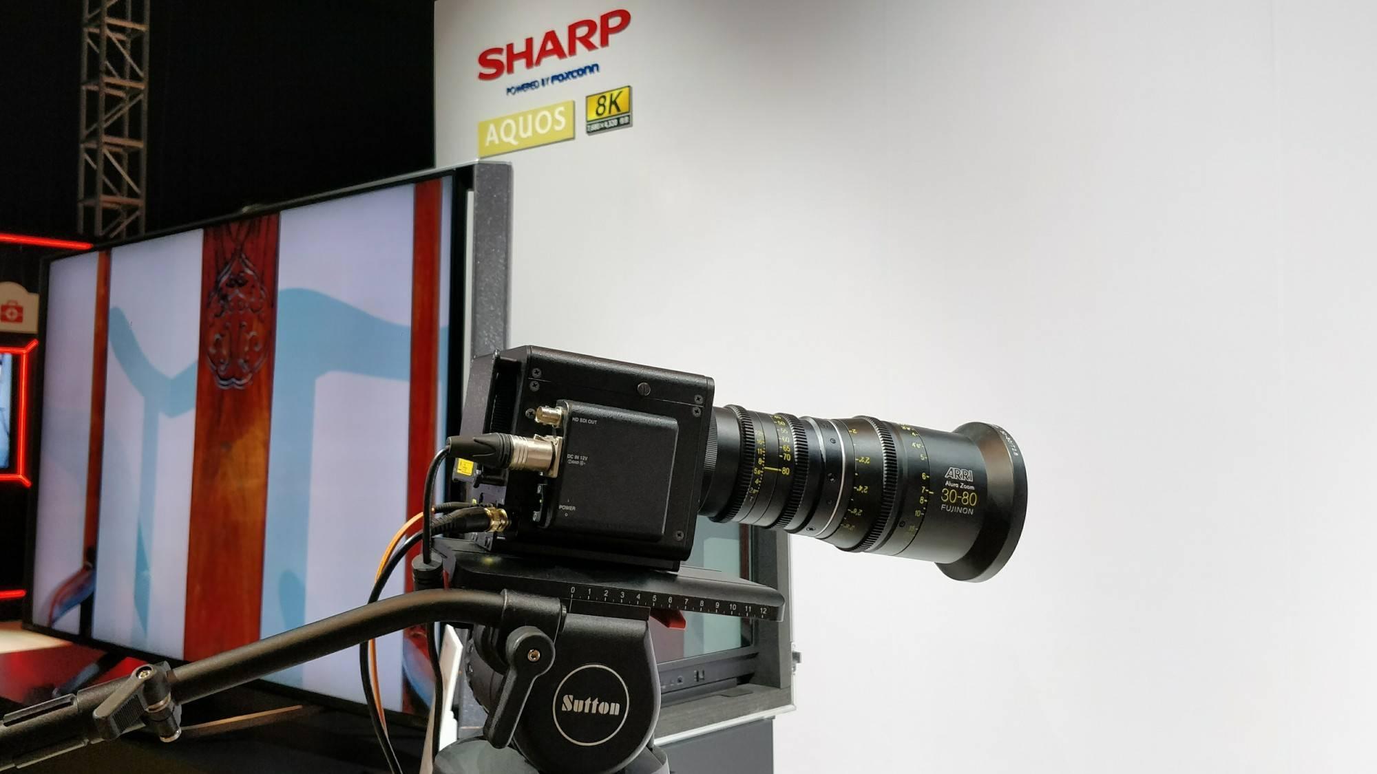 夏普电视发布现场用来拍摄 8K 视频的摄像机。