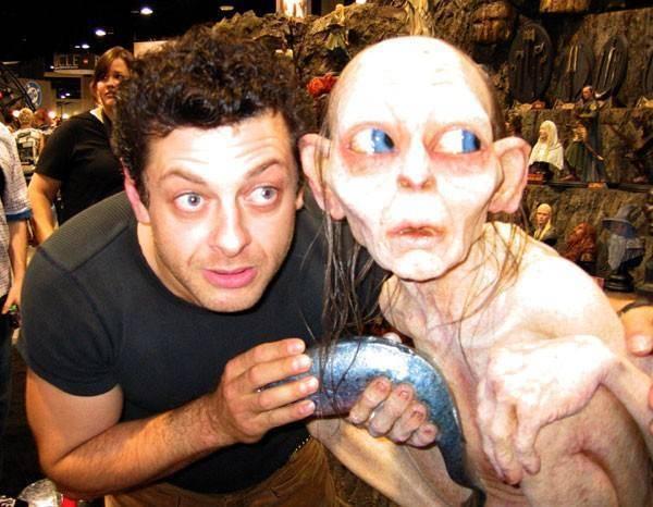 安迪·瑟金斯和他扮演的咕噜模型