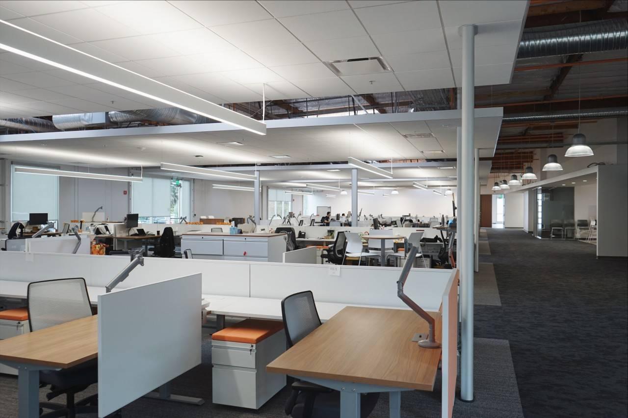 明亮的白色大办公室,格子间错落有致