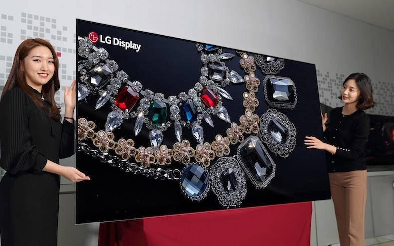 8K 和 OLED 都是之前已经出现的电视概念,但结合在一起,LG 这是第一次。几天之前的元旦节,LG 显示宣布, 推出对角线 88 英寸(223.5 厘米)大小的 8K 分辨率 OLED 面板,分辨率度为 7680×4320。LG 当时便已经宣布要在 CES 上展示这款世界上分辨率最高、尺寸最大的 OLED 面板。
