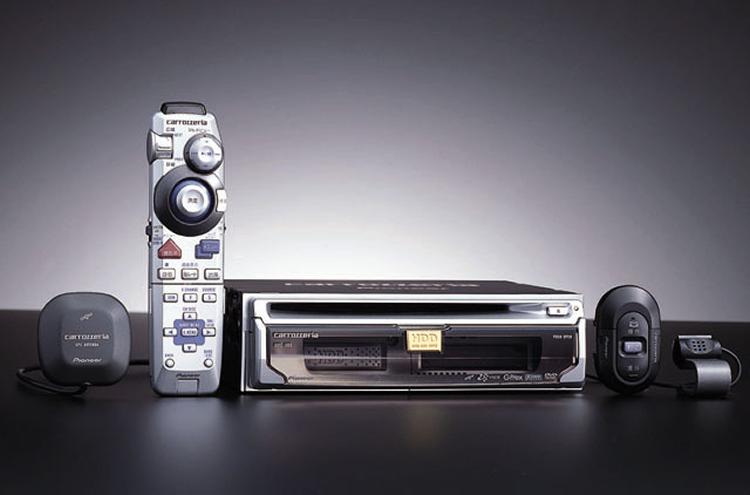"""世界上第一款搭载HDD的Carrozzeria Cyber Navi """"AVIC-H09""""。在内嵌型车载导航上不得不说的音乐服务功能就是从这款机型才开始搭载的。2001年正式发售。"""