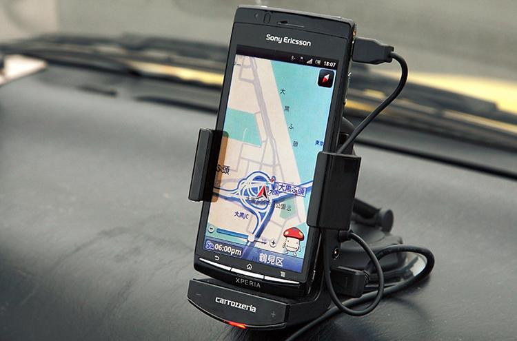 "NTTDoCoMo和先锋公司共同开发的""drive_cradle""。这种装置可以用来提高智能手机导航的精度。"